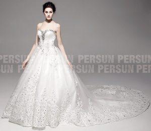 robe de mariée bustier coeur orné de strass avec traîne longue