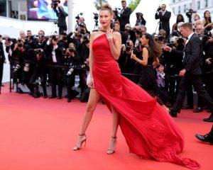 Bella Hadid en une robe de soirée rouge sexy fendue Cannes 2019