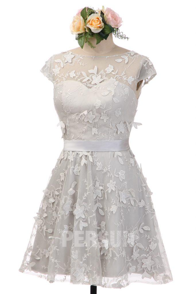 robe de mariée courte grise mancheron col illusion couverte en dentelle ornée de fleurs 3D