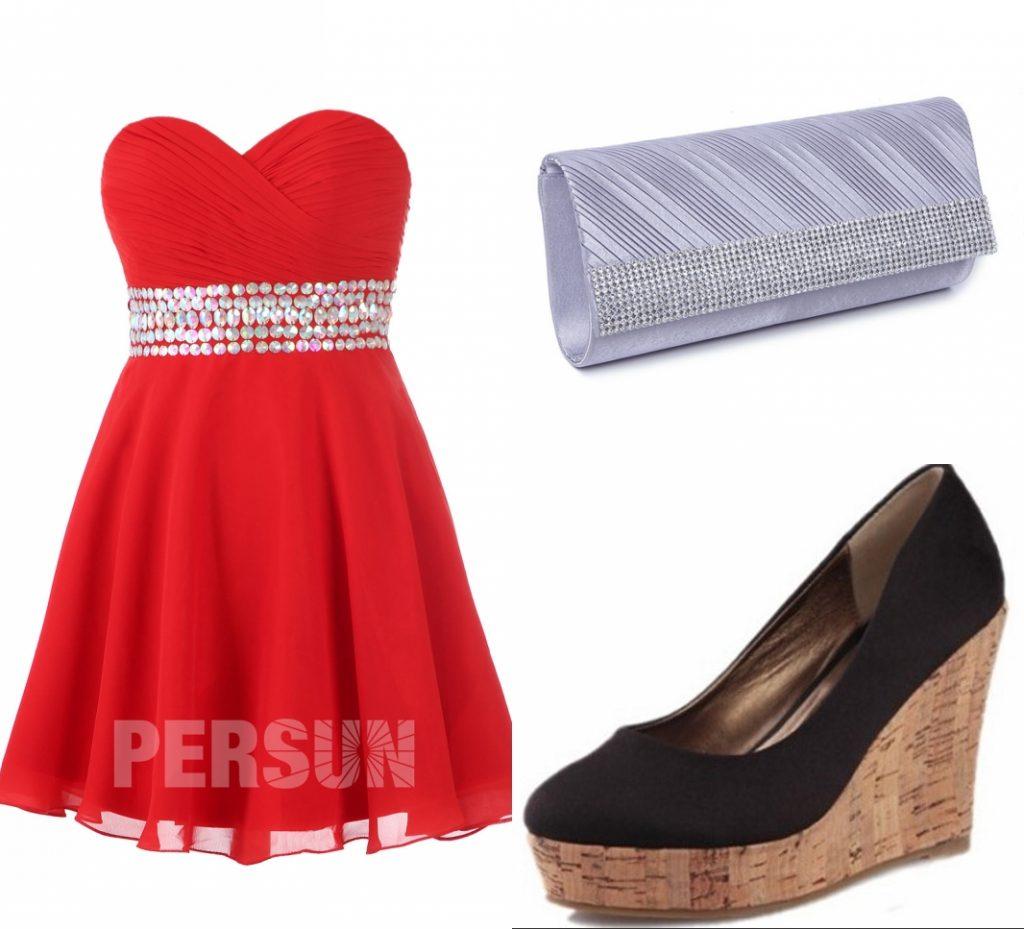 escarpins compensé et sac associent robe de cocktail rouge courte bustier coeur plissé taille embelli de sequins brillant