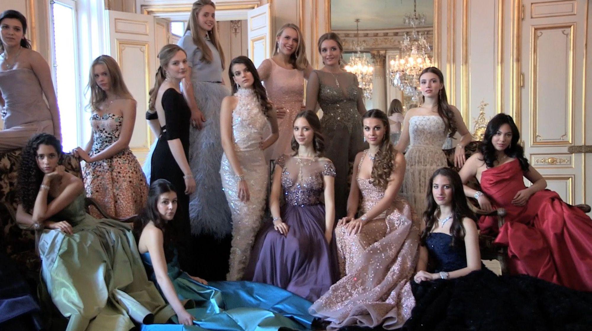 les belles filles avec les belles robes de soirée