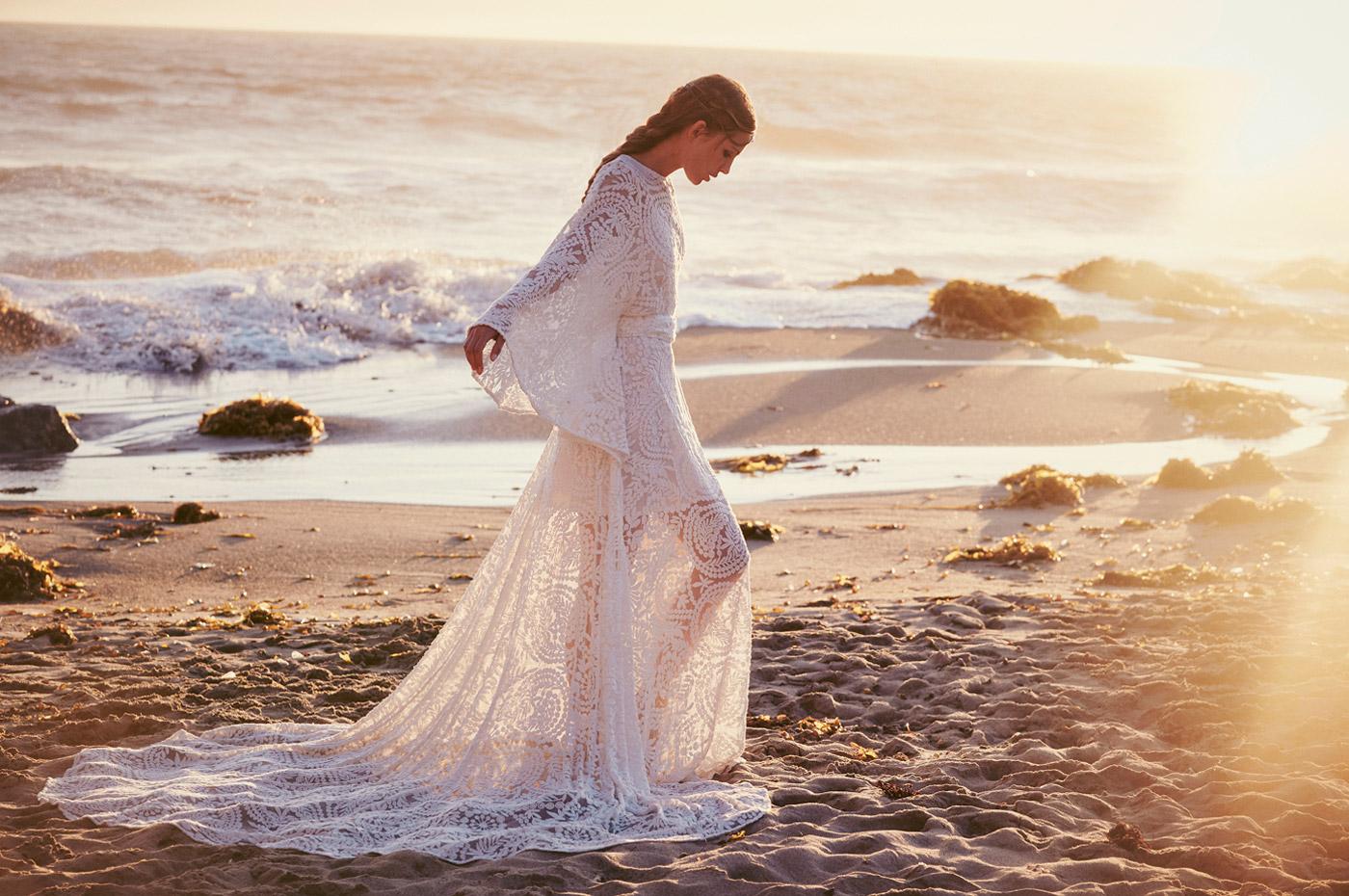 robe de mariée fantaisie sur la plage