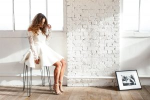 robe de mariée courte avec manche longue en dentelle